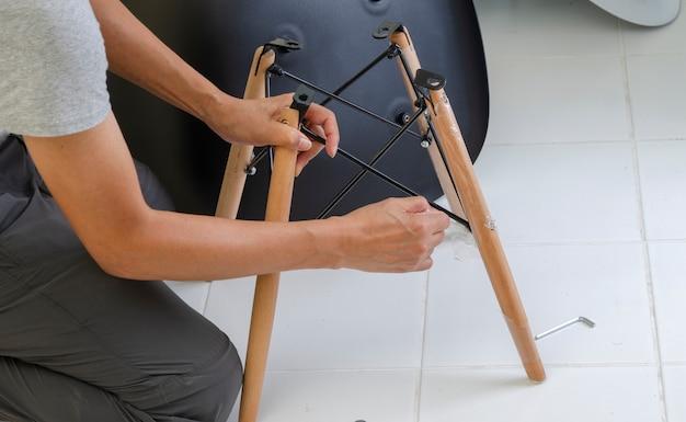 Tischler, der teile des stuhls zusammenfügt Premium Fotos