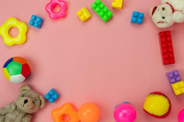 Tischoberansicht dekoration kinderspielzeug für hintergrundkonzept entwickeln. Premium Fotos