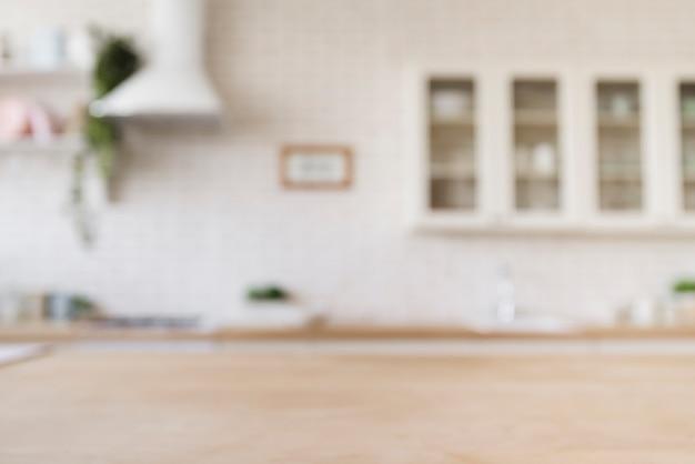 Tischplatte mit heller moderner küche im hintergrund Premium Fotos
