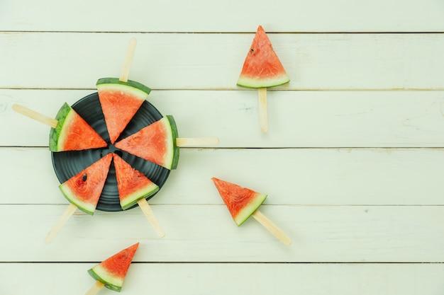 Tischplatteansichtfrucht tropisch mit getränk mit frühlingssommerferien- und -ferienhintergrundkonzept Premium Fotos