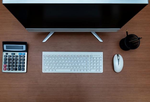 Tischrechner des schreibtischs, draufsicht mit kopienraum Premium Fotos