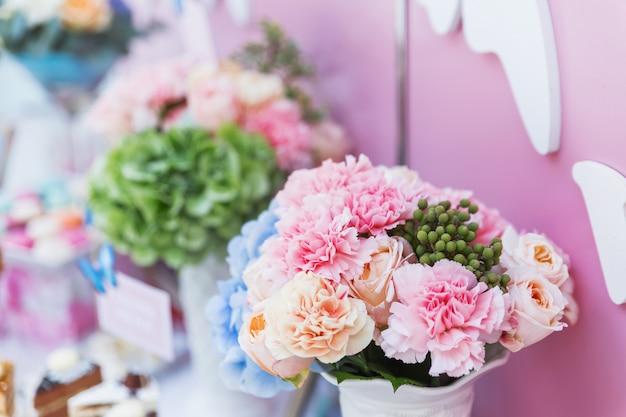 Tischset für hochzeitsbankett mit floralen kompositionen aus dianthus und hortensie. Premium Fotos