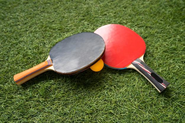 Tischtennisschläger und ball Premium Fotos