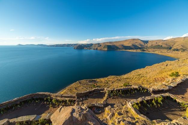 Titicaca seeküstenlinie von oben, copacabana, bolivien Premium Fotos