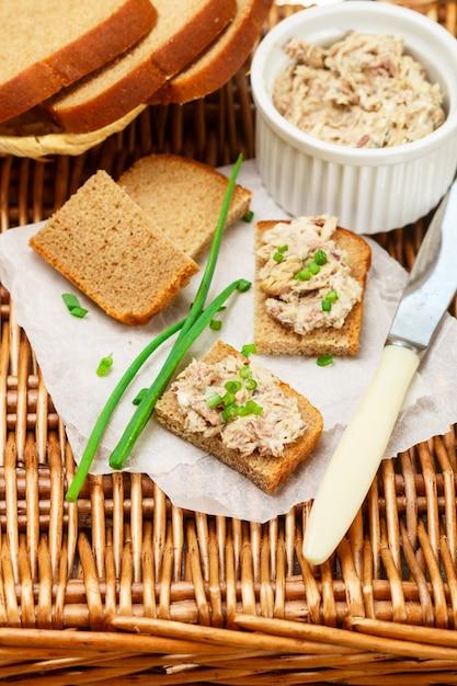 Toast aus roggenbrot mit fischpastete (rillettes) aus geräucherter makrele, frischkäse und frühlingszwiebeln, feinschmeckerische vorspeise, picknick Premium Fotos