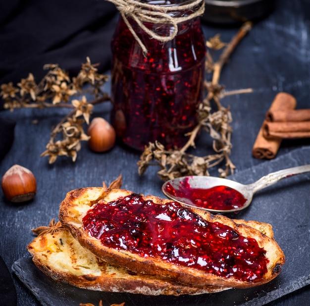 Toast aus weißem weizenbrot mit himbeermarmelade bestrichen Premium Fotos
