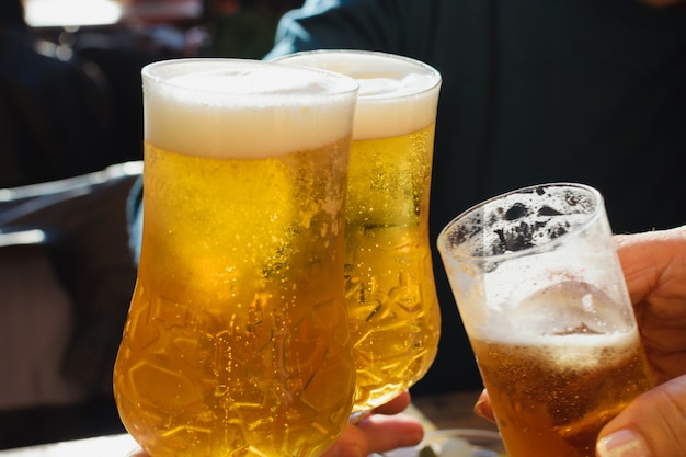 Toast mit bier pints ziehen. Premium Fotos
