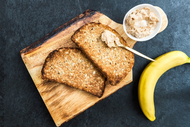 Toast vom vollkornbrot mit erdnussbutter Premium Fotos