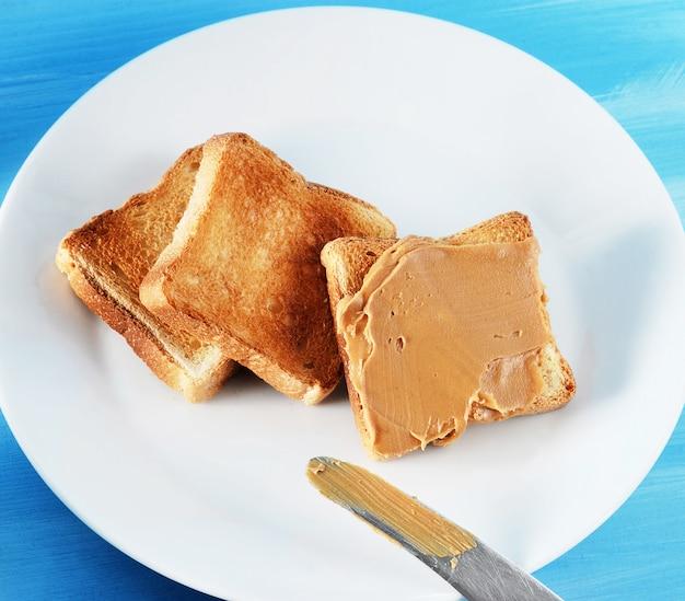 Toastbrottoast mit erdnussbutter und einer platte Premium Fotos