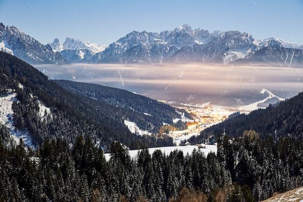 Toblach bei sonnenuntergang mit wolken Premium Fotos