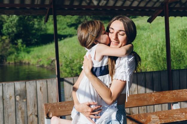 Tochter, die mutter umarmt Premium Fotos