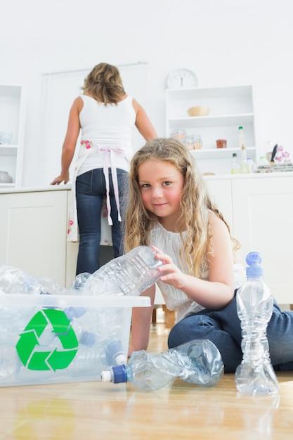 Tochter, die plastik sortiert Premium Fotos