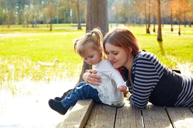 Tochter und mutter, die zusammen im park spielen Premium Fotos