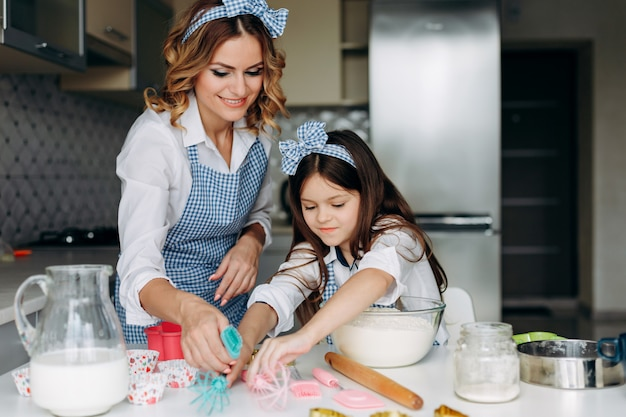 Tochter und mutter rühren den teig. familienkonzept Premium Fotos
