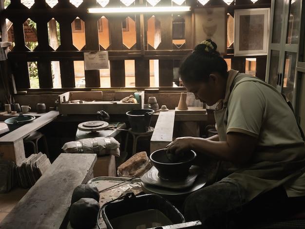 Töpfer, die in der töpferware industriell, chiang rai thailand arbeiten Premium Fotos