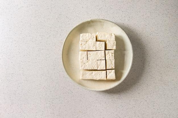 Tofu-käse schneiden Premium Fotos