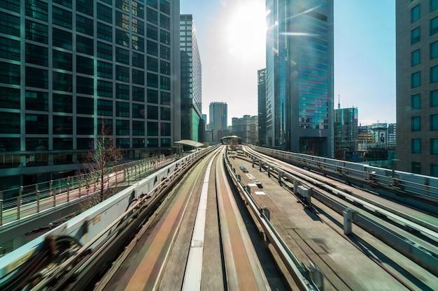 Tokyo-architekturgebäude von der szene der yurikamome einschienenbahn zu odaiba-bereich, tokyo-stadtbild, japan Premium Fotos
