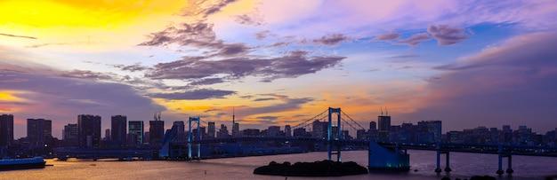 Tokyo-turm-regenbogenbrücken-japan-panorama Premium Fotos
