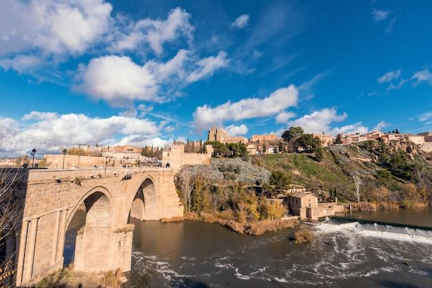 Toledo mittelalterliche san martin brücke und stadtbild, toledo, castilla la mancha, spanien. Premium Fotos
