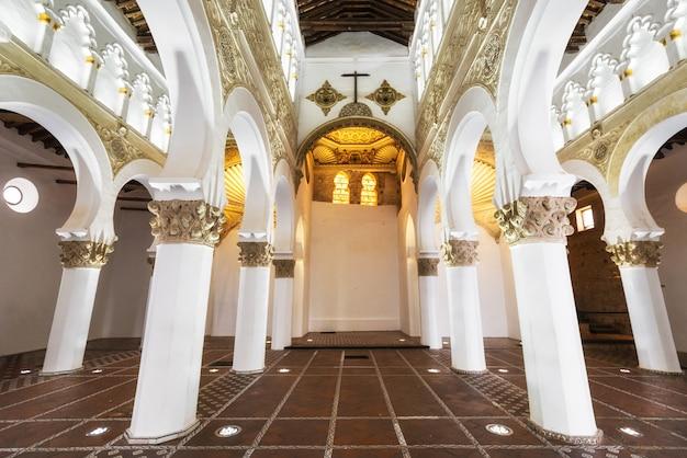 Toledo, spanien - innensynagoge von santa maria la blanca in toledo, spanien. Premium Fotos