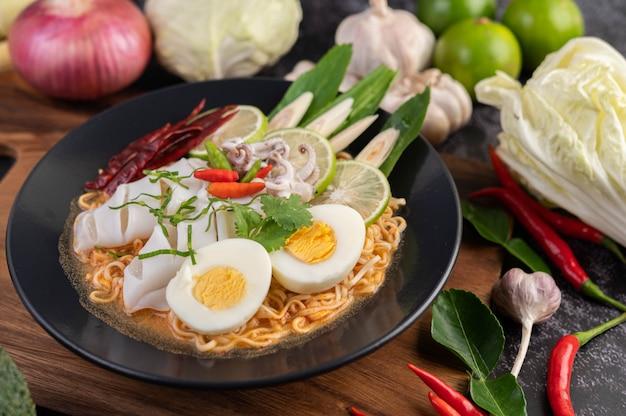 Tom yum mama mit tintenfisch und gekochtem ei. Kostenlose Fotos