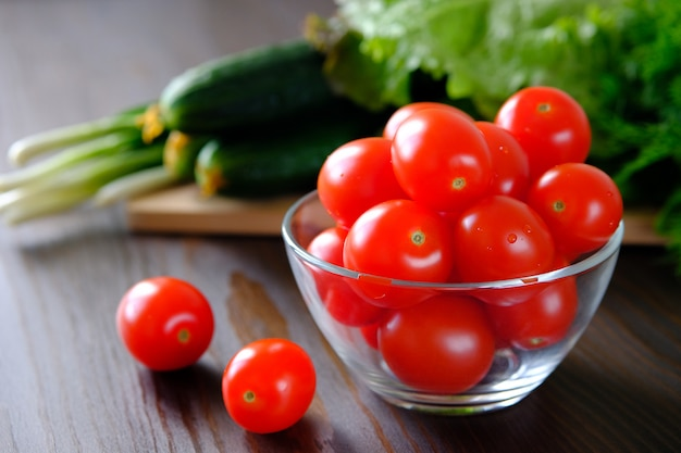 Tomaten, gurken, grüner salat und zwiebeln. hausgemachtes gemüse aus dem garten oder garten. Premium Fotos
