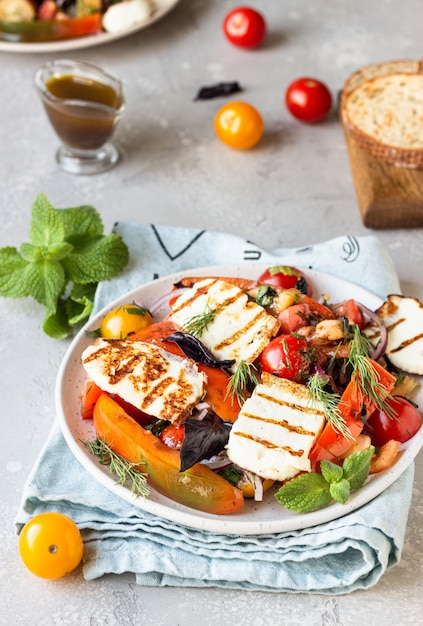 Tomaten-paprika-zwiebel-salat mit gegrilltem käse Premium Fotos