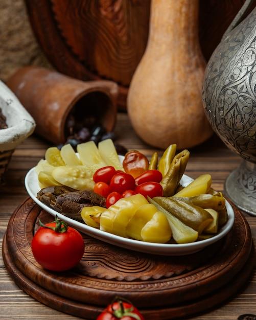 Tomaten und essiggurken in einer platte Kostenlose Fotos