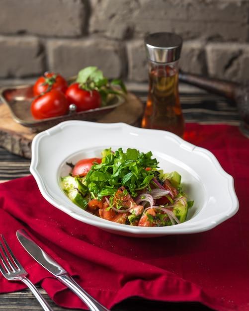 Tomaten- und gurkensalat mit zwiebeln Kostenlose Fotos