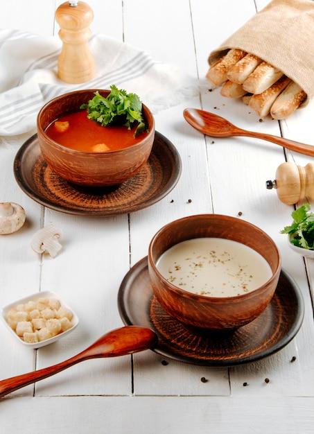 Tomaten- und pilzsuppen auf dem tisch Kostenlose Fotos