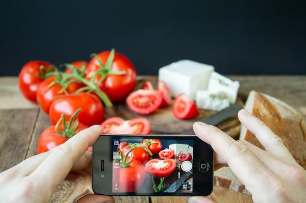 Tomaten und weißer griechischer käse Premium Fotos
