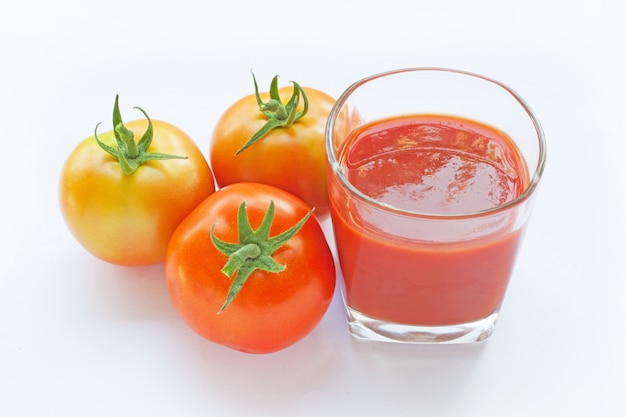 Tomatensaft in einem glas Premium Fotos