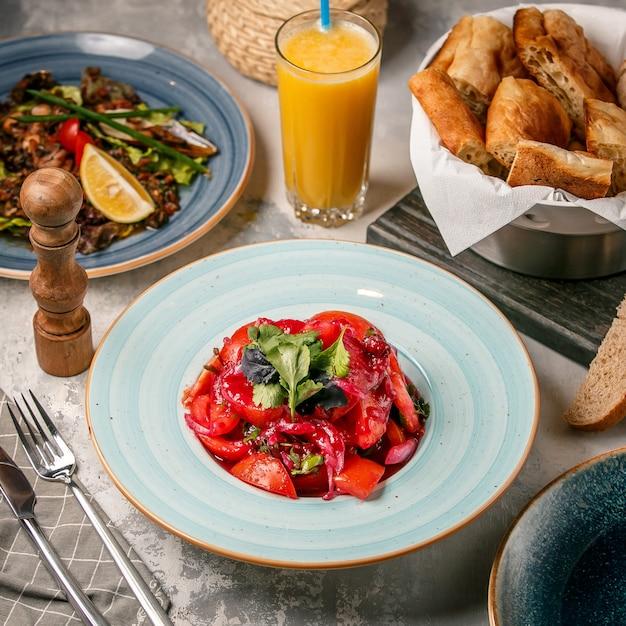 Tomatensalat auf dem tisch Kostenlose Fotos