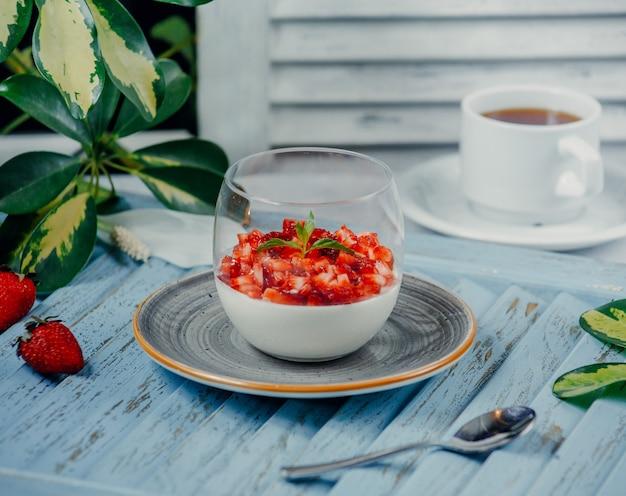 Tomatensalat im glas auf dem tisch Kostenlose Fotos