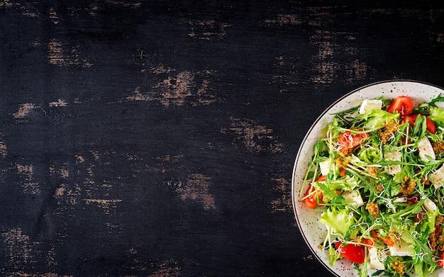 Tomatensalat mit einer mischung aus mikrogrün und camembertkäse. Kostenlose Fotos