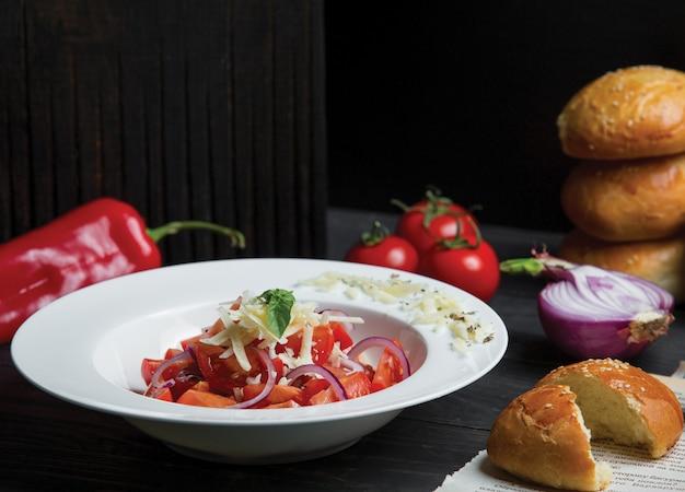 Tomatensalat mit zwiebeln und frisch gehacktem parmesan Kostenlose Fotos