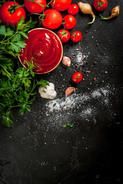 Tomatensauce oder ketchup mit zutaten Premium Fotos