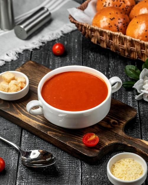 Tomatensuppe auf dem tisch Kostenlose Fotos