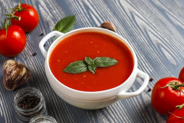 Tomatensuppe mit basilikum in einer schüssel. Kostenlose Fotos