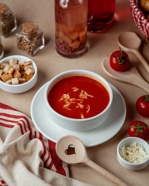 Tomatensuppe mit seitenansicht des käsecrackers Kostenlose Fotos