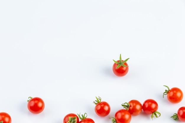 Tometo ist das hauptmaterial für die herstellung von ketchup an einer weißen wand. Kostenlose Fotos
