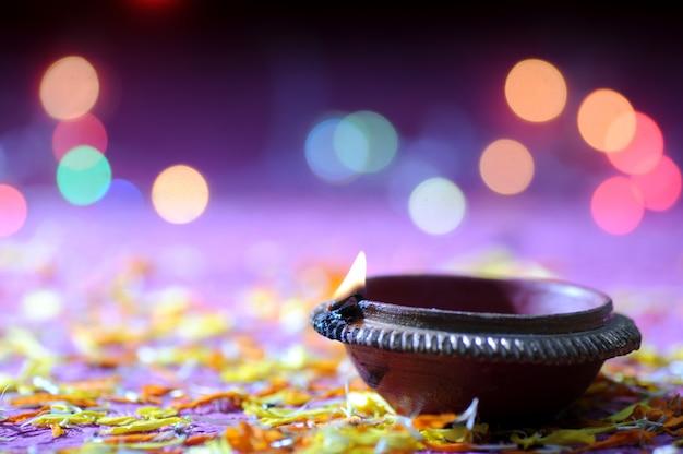 Ton diya lampen während diwali feier beleuchtet. grußkarten-design indisches hindu-licht-festival namens diwali Premium Fotos