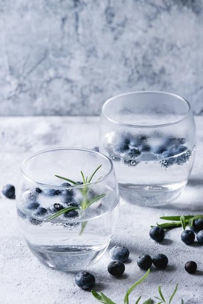 Tonic cocktail mit rosmarin und blaubeeren Premium Fotos