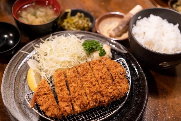Tonkatsu-satz, frittiertes schweinefleisch, traditionelles japanisches lebensmittel Premium Fotos