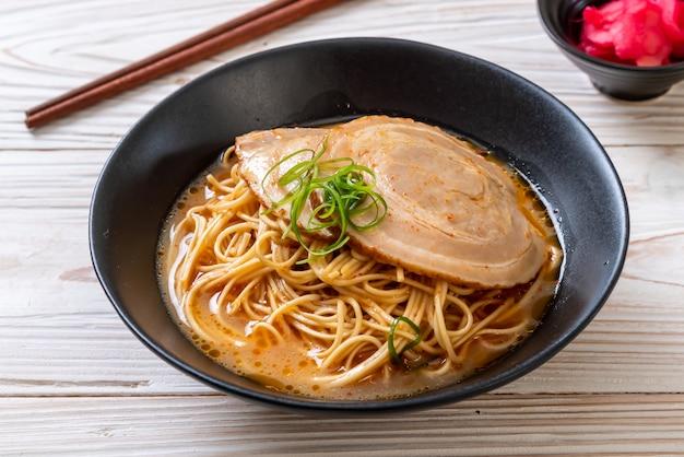 Tonkotsu-ramen-nudeln mit chaashu-schweinefleisch Premium Fotos
