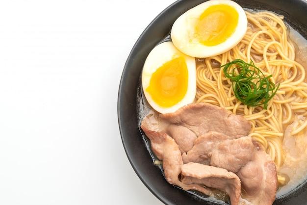 Tonkotsu ramen nudeln mit schweinefleisch und ei Premium Fotos