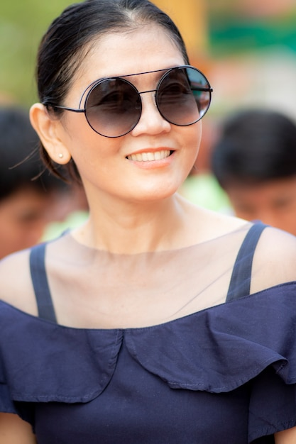Toothy lächelndes gesicht des schönen asiatischen frauenglückgefühls Premium Fotos