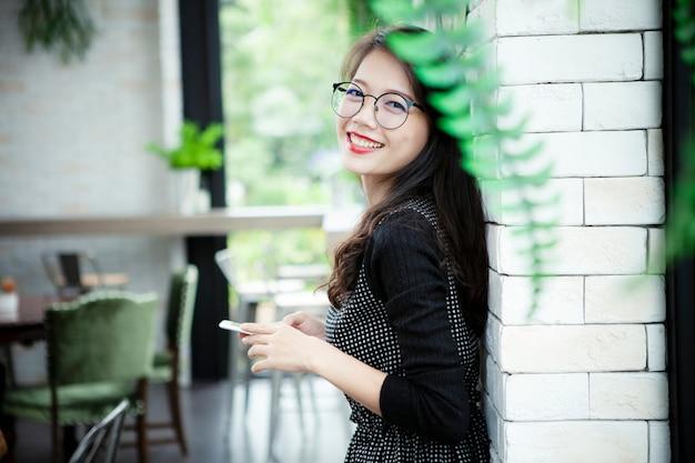 Toothy lächelndes gesicht des schönen asiatischen glückgefühls der jüngeren frau Premium Fotos
