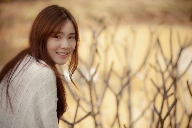 Toothy lächelndes gesicht des schönen glückgefühls der jüngeren asiatischen frau Premium Fotos