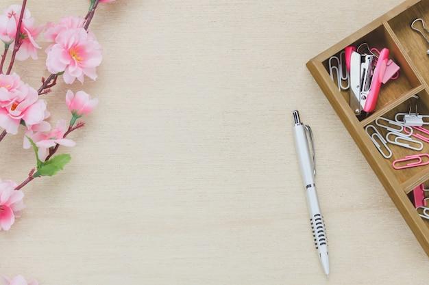 Top-Ansicht Business-Office-Schreibtisch background.The Silber Stift Kaffee schöne rosa Blume Holz Regal Heftklammer Clip auf Holztisch Backgtound mit Kopie Raum. Kostenlose Fotos